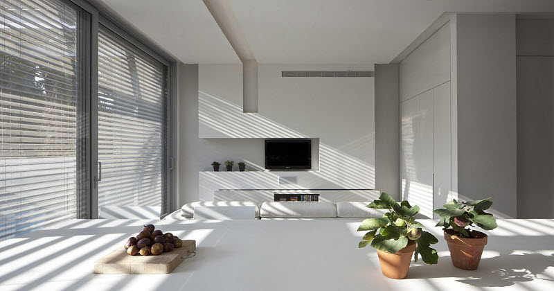 Large windows in white color living room to give differnt look