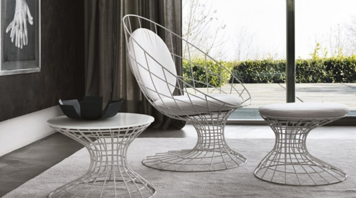 Egg shaped chair with side table
