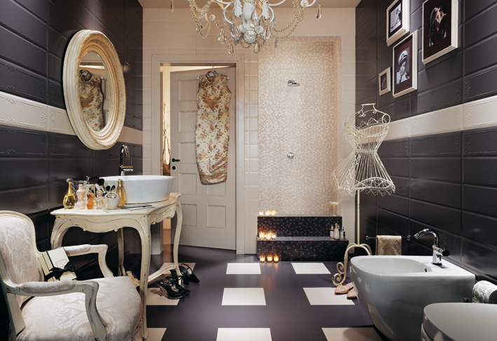 Royal bathroom look with chandelier